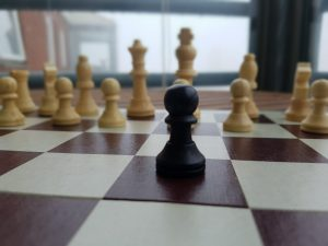 En svart bonde mot mange hvite på sjakkbrettet. Motstanden kan være overveldende noen ganger.